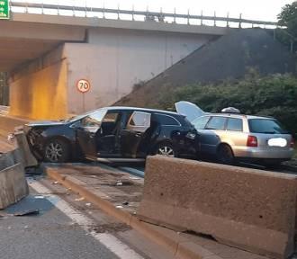 Wypadek w Katowicach. Samochód wbił się w bariery betonowe