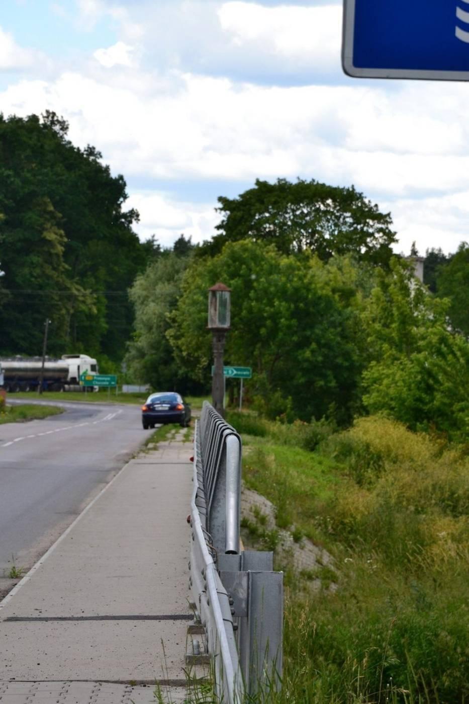 Zaraz za mostem na Orzycu, jadąc od Różana w Kierunku Makowa Mazowieckiego zobaczymy starą drewnianą kapliczkę