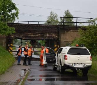 Zawalony wiadukt kolejowy. Droga do Opiesina i Janiszewic nieprzejezdna [zdjęcia]