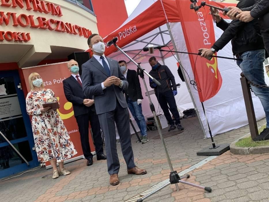 - Cieszę się, że Poczta Poska dołoży jeszcze jedną cegłę do tego muru, który chroni obywateli kraju i przyczyni do postępu w tej ludzkiej batalii z koronawirusem - mówił Grzegorz Kurdziel wiceprezes ds