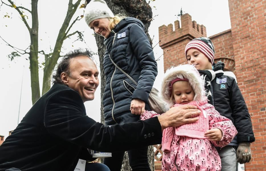 Najbardziej znana kwesta w Polsce, która ma za zadanie ratowanie zabytkowych nagrobków, to zbiórka zapoczątkowana przez Jerzego Waldorffa na warszawskich Powązkach