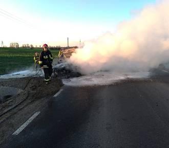 Samochód osobowy zapalił się na drodze wojewódzkiej 515. Warto dbać o stan techniczny auta [ZDJĘCIA]