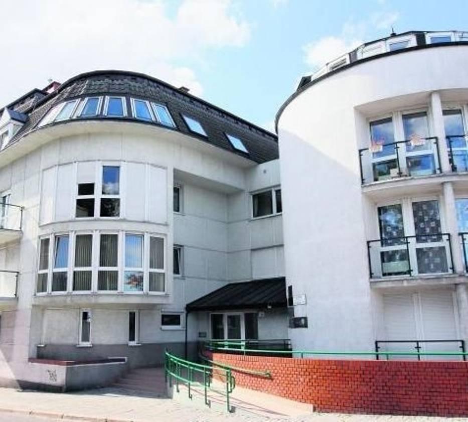 W tym budynku  znajduje się mieszkanie Enei