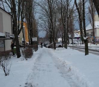 Ustka zasypana śniegiem. Na ulicach miasta zimowe warunki [ZDJĘCIA]