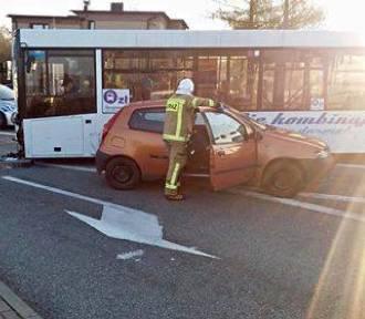 Autobus BKM staranował 6 pojazdów. Karambol na skrzyżowaniu DK81 z ul. Pszczyńską ZDJĘCIA