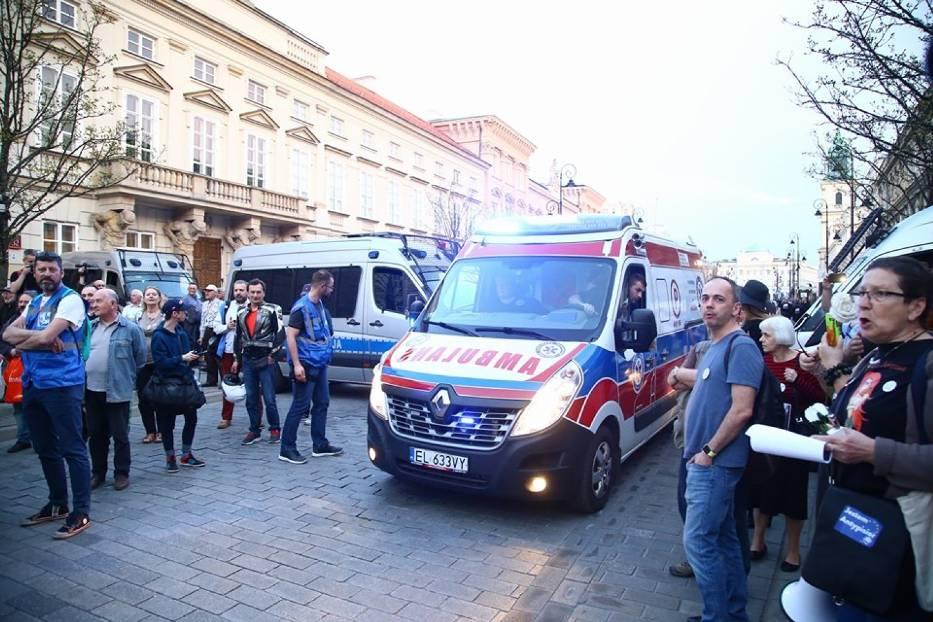 Rocznica Katastrofy Smoleńskiej w Warszawie. Na Krakowskim Przedmieściu szykują protest [ZDJĘCIA]