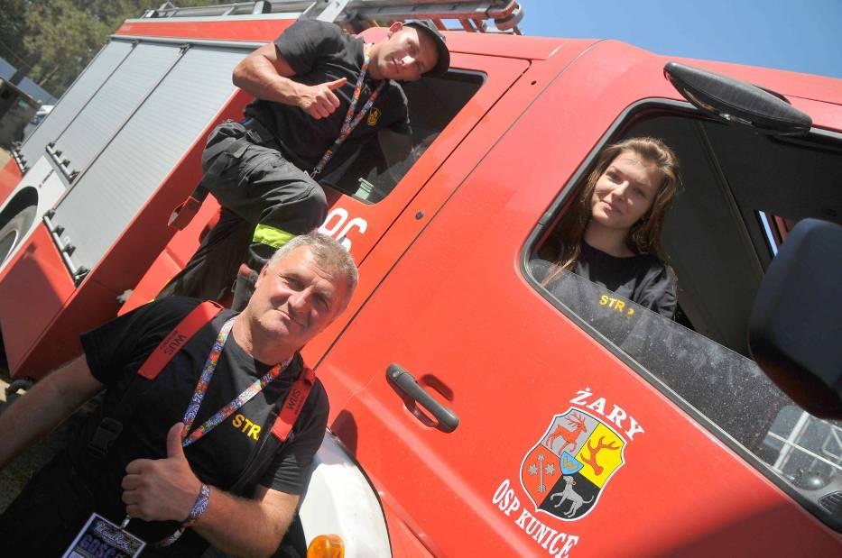 Strażacy z OSP Żary Kunice odpowiedzieli na apel Jurka Owsiaka i przyjechali do Kostrzyna, aby chłodzić wodą rozgrzany tłum