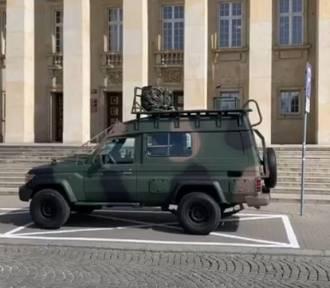 Mariusz Kiljan apeluje z wojskowego wozu: Zostań w domu!