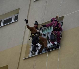 """W Wejherowie """"superbohaterowie"""" umyli okna w szpitalu na oddziałach dziecięcych"""