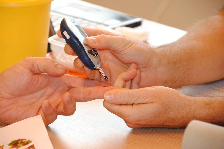 Życie z cukrzycą typu 2 wymaga regularnego pomiaru poziomu glukozy we krwi
