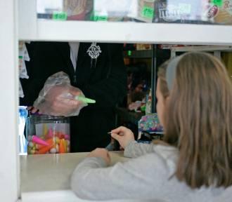 W Gdańsku sprawdzają sklepiki szkolne. Drożdżówki, słodkie soki, tłuste tosty na półkach