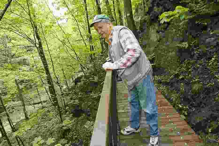 - Mam nadzieję, że ten most nie zostanie już zniszczony - mówi Andrzej Nowicki