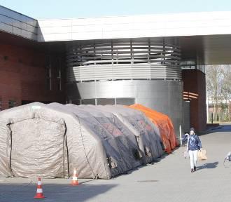 Strażacy ustawili namioty przy poznańskich szpitalach [ZDJĘCIA]