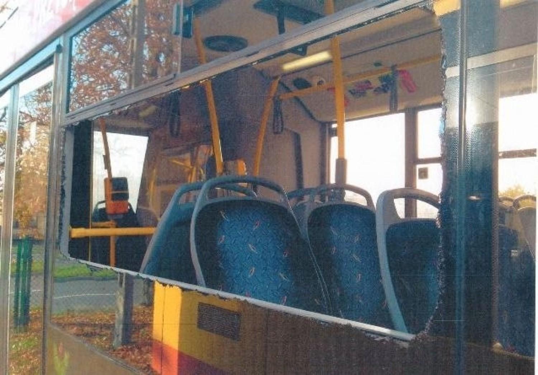 Wandale niszczą autobusy miejskie w Kielcach, choć nieco boją się  monitoringu [ZDJĘCIA]