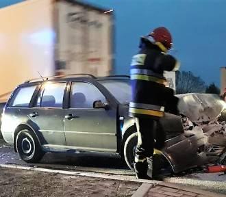 Sławno: Na ul. Koszalińskiej zderzyły się 3 samochody [ZDJĘCIA] - dwie osoby uciekły z auta AKTUALIZACJA
