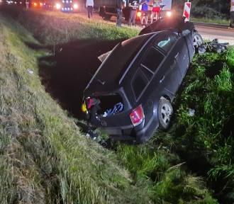 Policja w Kaliszu: Kierowca uderzył autem w koparkę. Kaliszanin był pijany. ZDJĘCIA