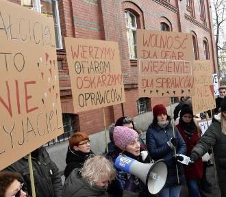 Oskarżeni o gwałt są na wolności. Protest w obronie ofiary [ZDJĘCIA]