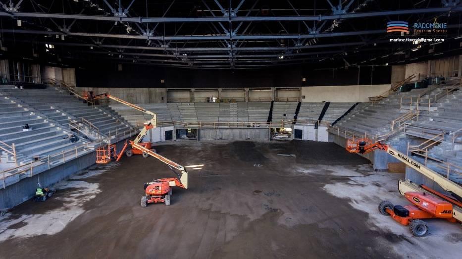 We wnętrzu hali sportowo - widowiskowej trwają kolejne prace, w tym przygotowania do wylewania posadzki
