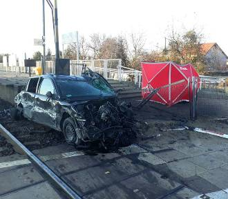 Wypadek w Bożej Woli. Pociąg zderzył się z samochodem. Kierowca nie żyje, są utrudnienia [ZDJĘCIA]