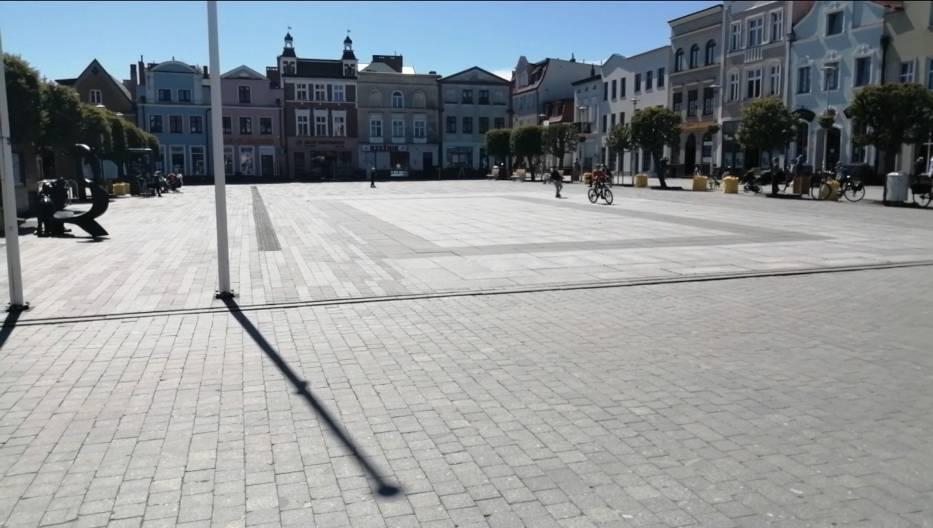 Maj 2020 w Pucku: na starówce kwitnie życie towarzyskie