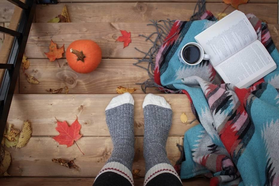 Grube wełniane skarpety, książka, koc, herbata - to nieodłączne atrybuty każdej jesieniary