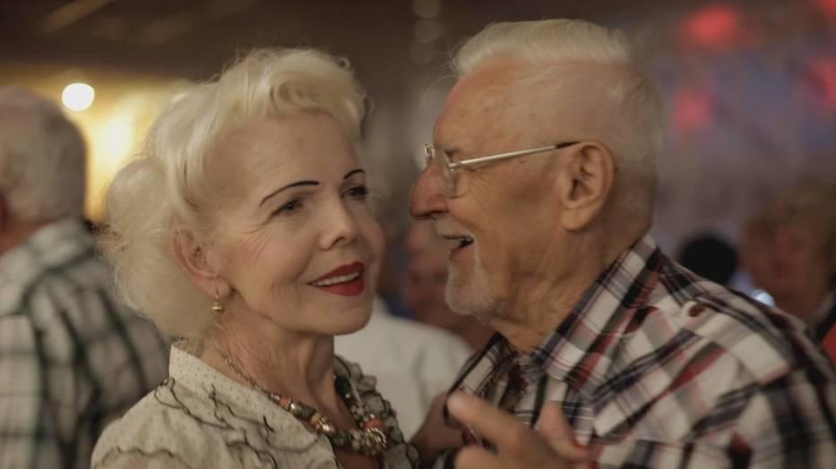 Pewnej nocy na parkiecie w Cafe Uśmiech Jola poznaje Wojtka - starszego od siebie mężczyznę, który zakochuje się w niej bez pamięci