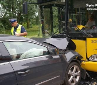Wypadek w Siemianowicach Śląskich. Zderzenie osobówki z autobusem na Michałkowickiej [ZDJĘCIA,