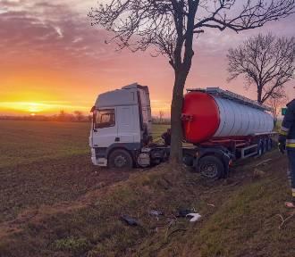 Wypadek Czeluścin. Ciężarówka wypadła z drogi