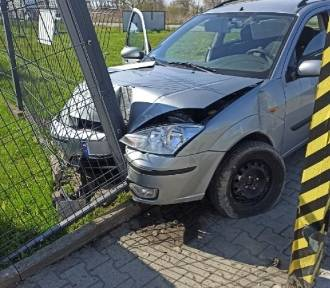 Kraków. Pijany kierowca uciekał przed policją. Przez okno wyrzucał narkotyki
