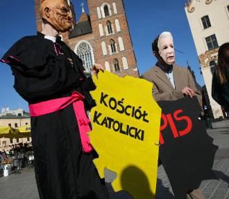 """Antypisowska i antyklerykalna manifestacja """"pod Adasiem"""" na krakowskim Rynku"""