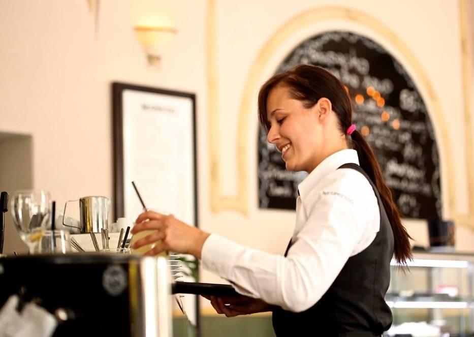 Myślisz o pracy w restauracji, pubie, piekarni, cukierni, czy barze? Sprawdź, na jakie pensje mogą liczyć kelner, barman, kucharz, pomoc kuchenna i inne osoby pracujące w gastronomii