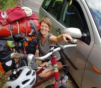 Rowerzystka z Niemiec pomogła starszemu panu, który zasłabł w aucie