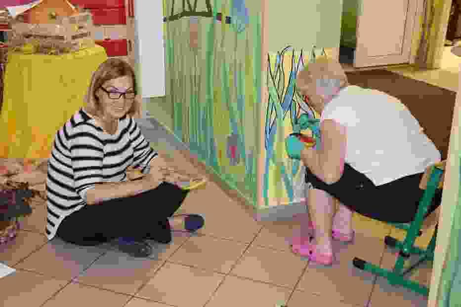 Z Bramowiczami malowała Beata Ślęzak, dyrektor przedszkola (z lewej)