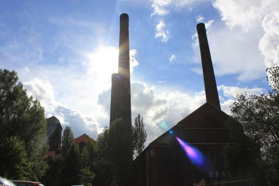 Strzeliste trzy kominy, z których najwyższy wzniesiony w 1937 roku ma wysokość 120 metrów, zaś u podstawy średnicę 10,6 m i przy wylocie 6,6 m, robią ogromne wrażenie