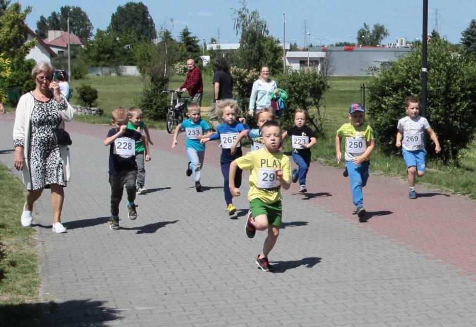 Bieg dzieci nad zalewem Borki w Radomiu