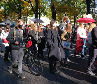 Kolejny dzień Strajku Kobiet. Do tłumu na ulicach Warszawy dołączył Trzaskowski
