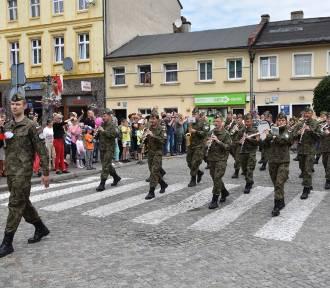 Wojskowa parada ulicami Nowego Tomyśla. Był nawet czołg! [ZDJĘCIA]