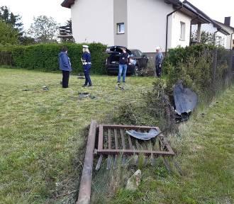 Samochód osobowy wpadł do ogródka i uderzył w dom [ZDJĘCIA]