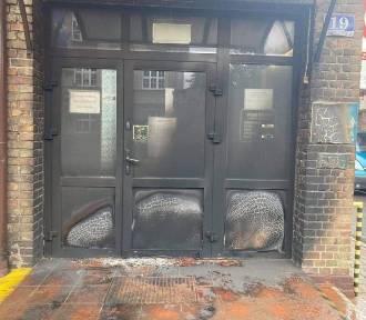 Ktoś podpalił drzwi do Urzędu Miejskiego w Ciechocinku. Policja szuka sprawcy