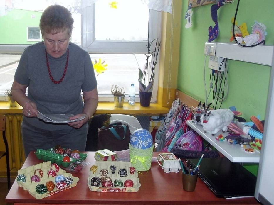 Zorganizowano warsztaty malowania pisanek w tych szkołach, dla młodzieży Miejskiego Zespołu Szkół i Specjalnego Ośrodka Szkolno-Wychowawczego w Radziejowie, które poprowadziła członkini TMK Pani Aniela Leszczyńska