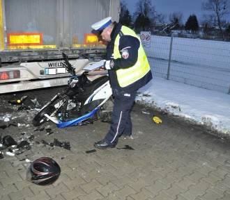 Rusocin: Motorowerzysta wjechał w tył zaparkowanej na pasie scanii. 20-latek trafił do szpitala