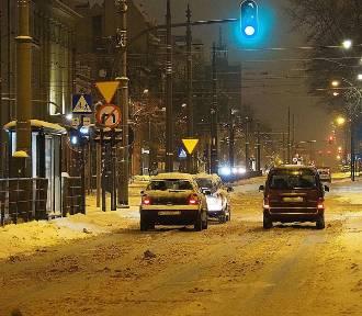 Opady śniegu i mróz. Fatalne warunki na łódzkich drogach! ZDJĘCIA