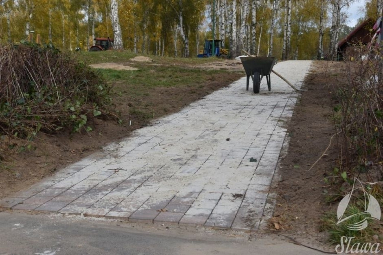 Prace przy budowie nowej plaży nad Jeziorem Sławskim w Sławie