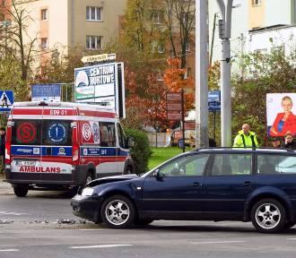 Wypadek (kolizja) na skrzyżowaniu ul. Sienkiewicza i Al. Piłsudskiego w Piotrkowie