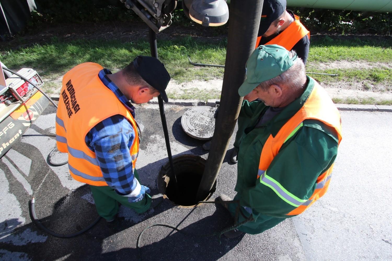 Wodociągi Kieleckie przeprowadzają udrażnianie kanalizacji przy pomocy specjalistycznego pojazdu