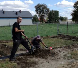 Mieszkańcy Pilaszkowa pod Łowiczem w czynie społecznym budują altanę biesiadną