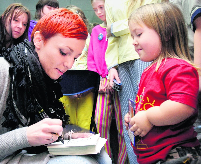Ania Wyszkoni chętnie rozdawała dzieciom autografy