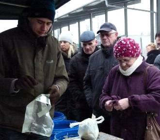 Zimowe zakupy na miejskim targowisku w Zduńskiej Woli [zdjęcia]