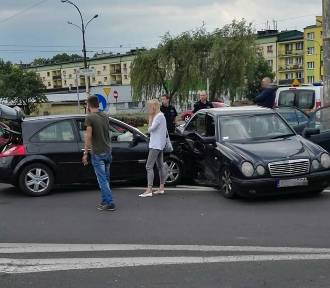 Dąbrowa Górnicza - Gołonóg: zderzenie renaulta z mercedesem [ZDJĘCIA]