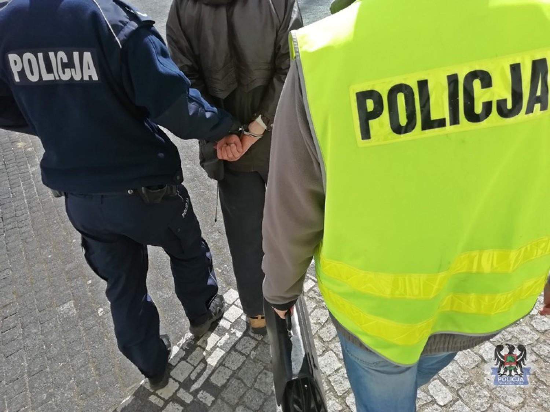 49-latek usłyszał zarzut kradzieży rozbójniczej, grozi za to kara do 10 lat pozbawienia wolności